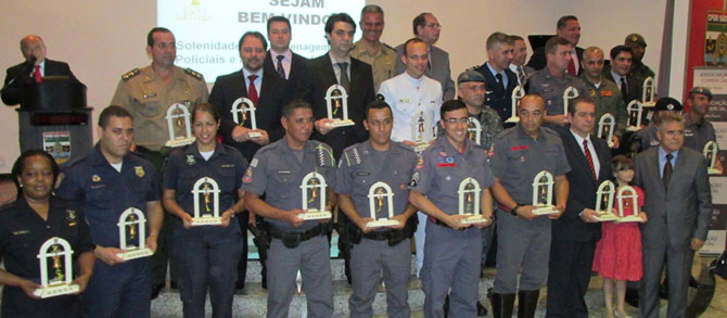 Todos os homenageados ao final do evento.